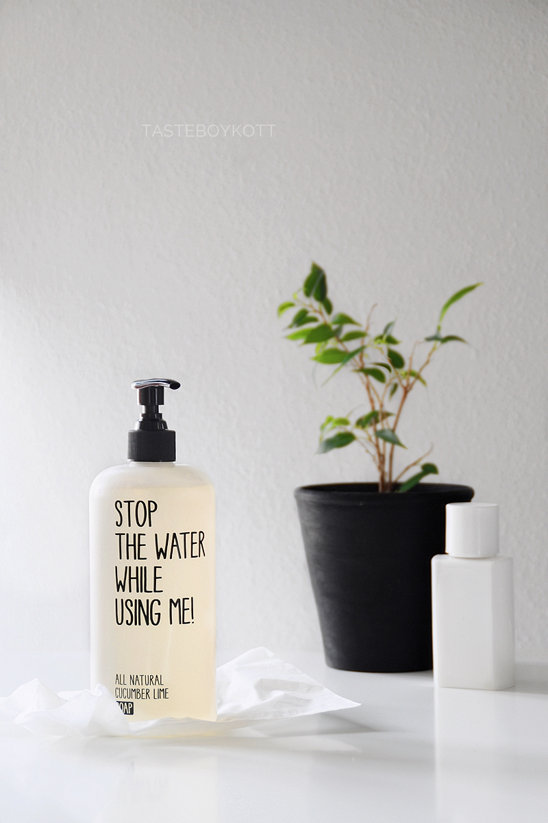 Favorit im Juni: Stop The Water While Using Me All Natural Cucumber Lime Soap 500ml Spender als Deko im Bad