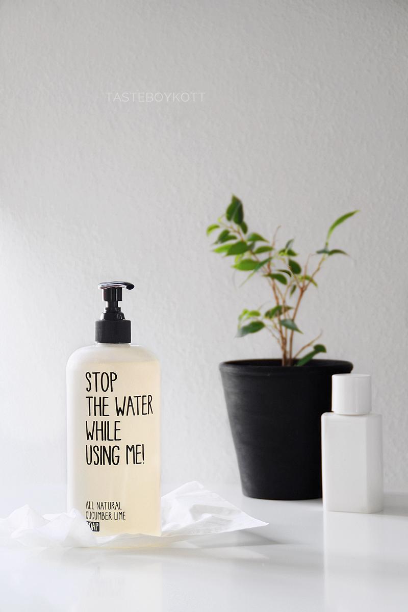 Favorit im Juni: Stop The Water While Using Me All Natural Cucumber Lime Soap 500ml Spender als Deko im Bad