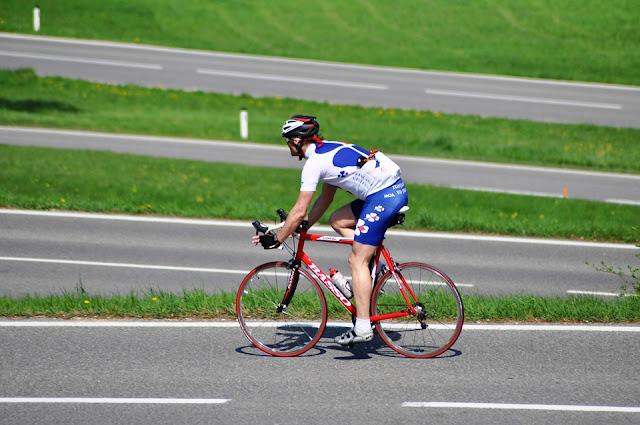 Prohibir la circulación de ciclistas por las carreteras