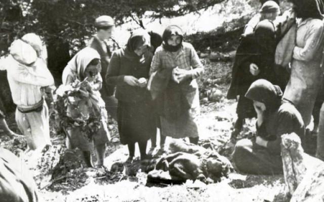 «Καλάβρυτα- Δίστομο- Κομμένο. Να αναγνωρισθεί η σφαγή και να δοθούν αποζημιώσεις», έγραφε σε γερμανικά και ελληνικά το πανό, που Γερμανοί ακτιβιστές άπλωσαν, το 2003, μέσα στο Μουσείο Περγάμου που βρίσκεται στο τέως Ανατολικό Βερολίνο.