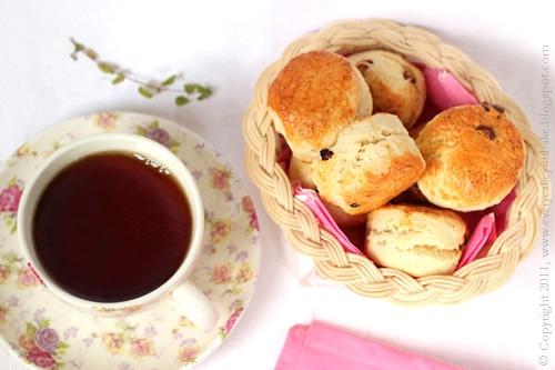 angielskie bułeczki scones z rabarbarem pieczonym w miodzie