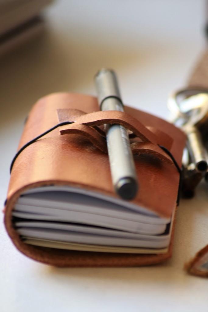 tee-se-itse, nahkavihko, diy leather, notebook, pen holder