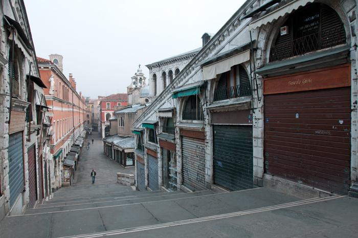 Boutiques fermées au petit matin sur le pont du Rialto à Venise