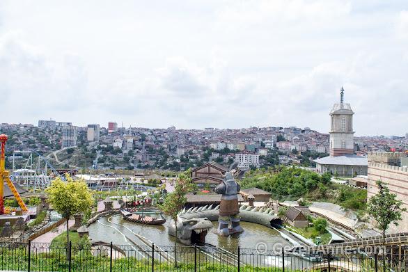 Vialand'in geniş alanı, önde Viking, yanda Adalet Kulesi ve İstanbul surları