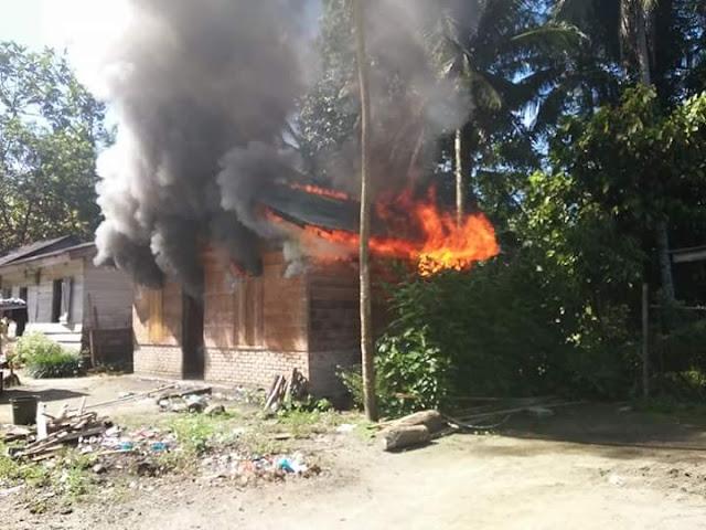 Kobaran api yang membakar rumah milik Lisman Harefa di Tapteng.