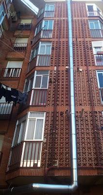 foto tubos salida humos de chimenea por fachada