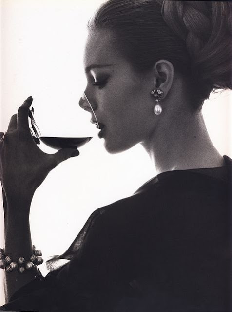 Retrato em preto e branco de uma mulher bebendo vinho em uma taça, fotografia de perfil