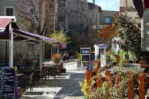 haute-loire le puy en velay vieille ville place tables