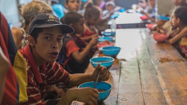 Este médico venezolano decidió no marcharse, ahora alimenta a cientos de personas todos los días