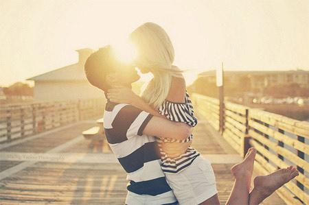 hình ảnh về tình yêu đẹp lãng mạn dễ thương, hôn nhau dưới hoàng hôn
