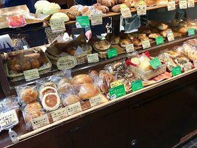 三軒茶屋にある濱田家の店内に並べられているパン