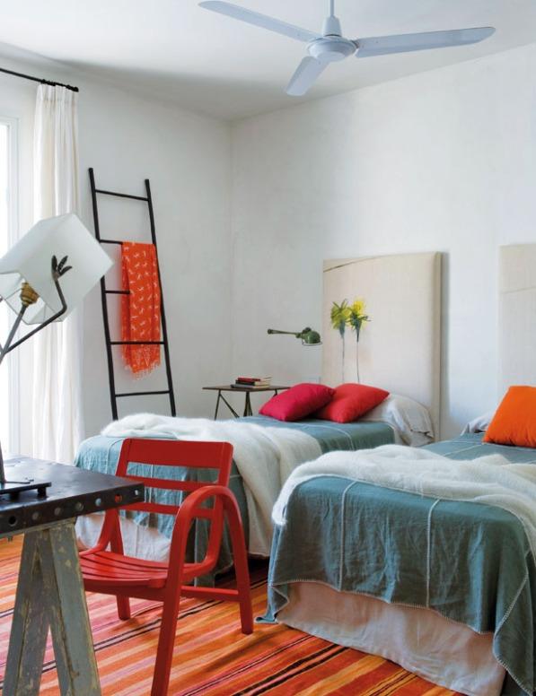 dormitorio infantil con dos camas decorado en azul fucsia y naranja chicanddeco