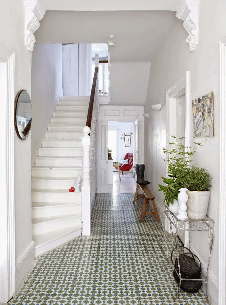 Patterned floor tiles in a hallway norse white design blog for Armoire couloir design
