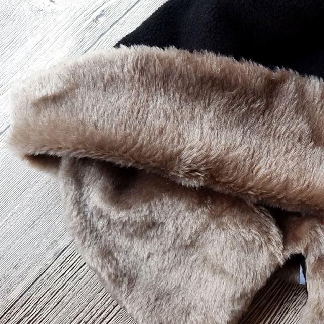 防寒對策!時尚又保暖的小臉帽再進化!保暖帽+禦寒耳罩二合一,連容易受寒的耳朵都能完整覆蓋。加絨內裏不但禦寒,也可反折作為造型變化~帽身可折疊攜帶方便,耳罩可隨場合及穿搭拆卸,是寒冷季節出門絕對少不了的配件~