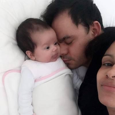 Antonella recebendo carinho do pai e da mamãe Damares