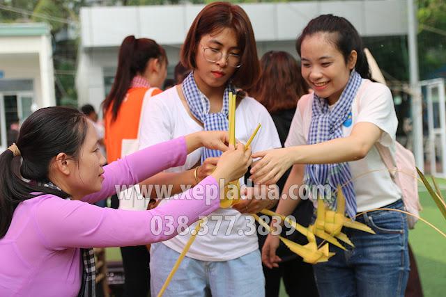 Nghệ nhân gấp lá dừa hướng dẫn cho giảng viên và sinh viên