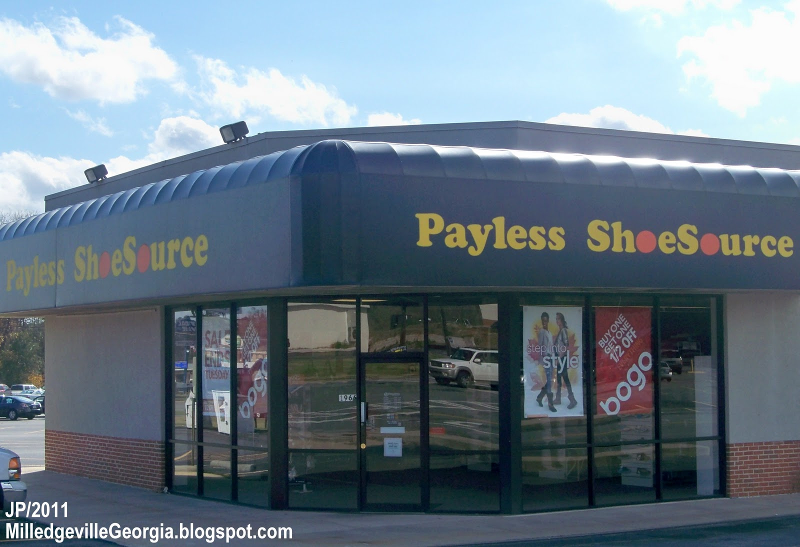 PayLess Locations. Payless ShoeSource Application. The company doesn't have any apps but only has contacts through social media through which you can connect with them. Also, they have emails and their customer care service number to help you out Incase of any problems that you might have had or some query that needs to be clarified.