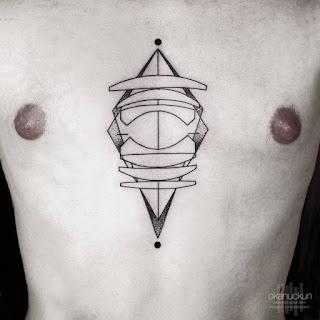 Tatuaje lente y cristales internos en pecho hombre