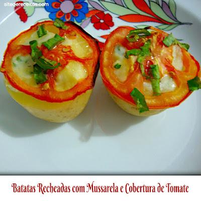 Batatas recheadas com mussarela e cobertura de tomate