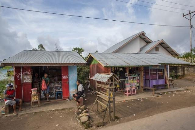Penjual Dan Warung-Warung Pinggir Jalan Labuan Bajo, Flores