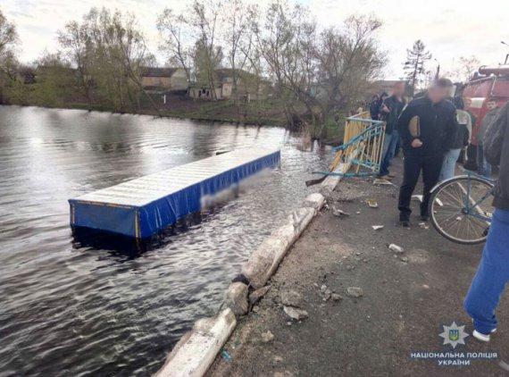Вантажівка збила велосипедистку і впала в річку
