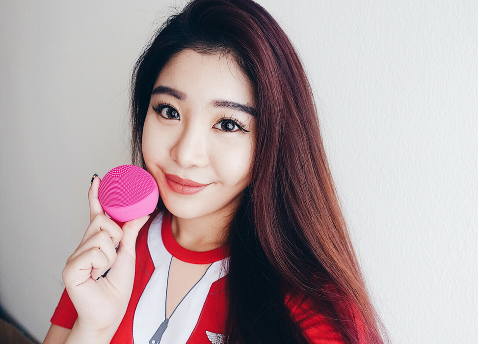 Shini Lola with the LUNA play plus facial brush