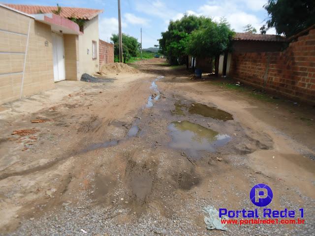 Ruas sem calçamentos com buracos e lama em Pedro II