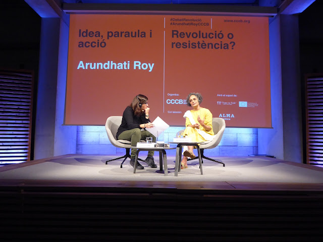 La escritora Arundhati Roy en su visita al CCCB presentando su novela El ministerio de la felicidad suprema.