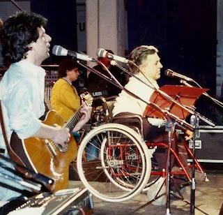 Pierangelo Bertoli durante un'esibizione