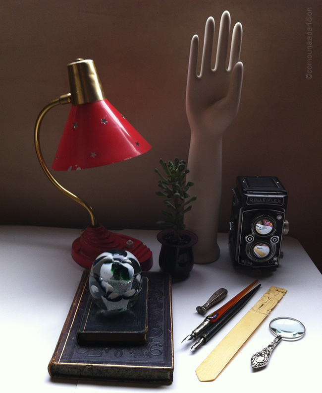 como-una-aparición-vintage-lamp-magnifying-glass-old-books-letter-opener-rolleiflex-paperweith-colombian-blogers