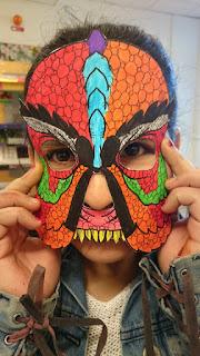 Bild på elev i monstermask som föreställer ett sjöodjur.