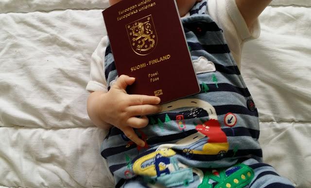 vauvan passi, suomen passi ulkomailla, raitahaalari, dinosaurusasu
