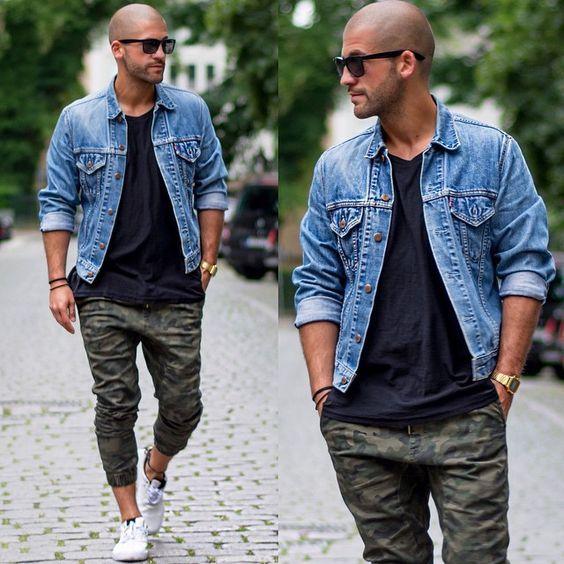 Look Masculino com Jaqueta Jeans e Calça Camuflada
