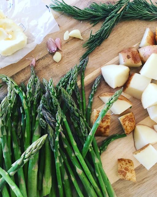 Ribeye al sartén con espárragos y papas