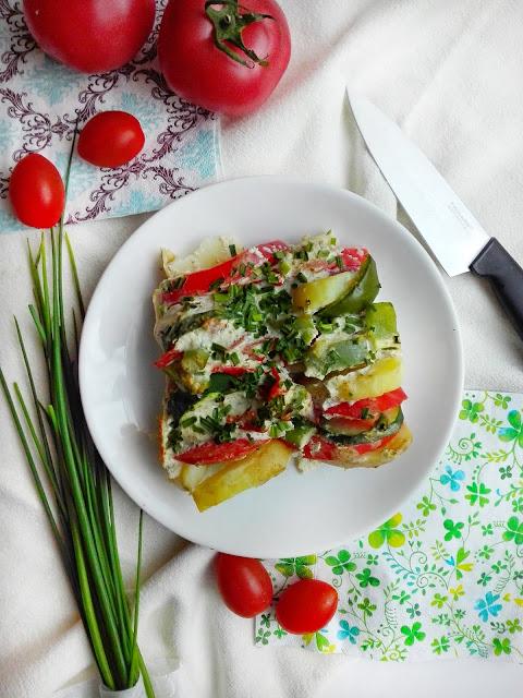 Kolorowa zapiekanka wegetariańska z cukinią, pomidorami i młodymi ziemniakami.