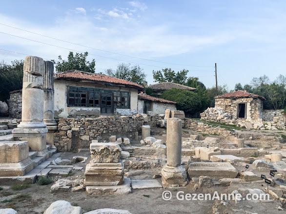 Stratonikeia, arkada Osmanlı evleri önde Helenistik sütunlar