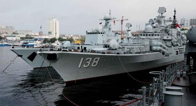 As fragatas chinesas Shenyang e Taizhou em  Vladivostok para exercícios conjuntos com a Rússia