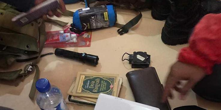 Petugas saat menggeledah kediaman terduga pelaku teror bom panci di Kampung Melayu.