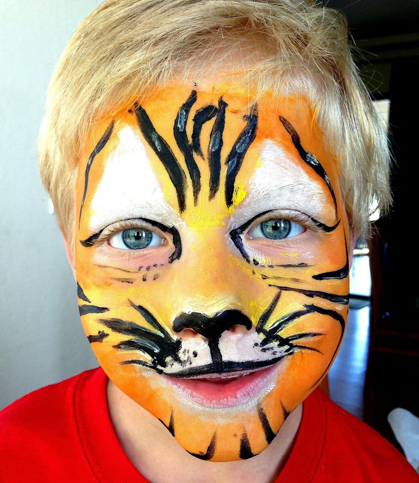 als Tiger geschminktes Kind