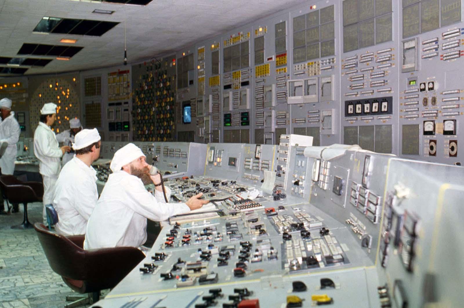 Una foto interior de una sección aún en funcionamiento de la planta de energía nuclear de Chernobyl tomada unos meses después del desastre en 1986.