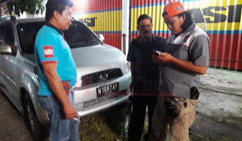 Petugas Satreskoba saat mengamankan pelaku dan mobil yang dicurinya