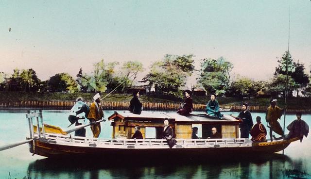 Một gia đình được cho là người Nhật Bản trên thuyền của họ. Ảnh chụp năm 1895.