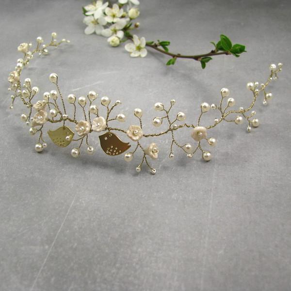 Wianek ślubny z perłami i ptaszkami.
