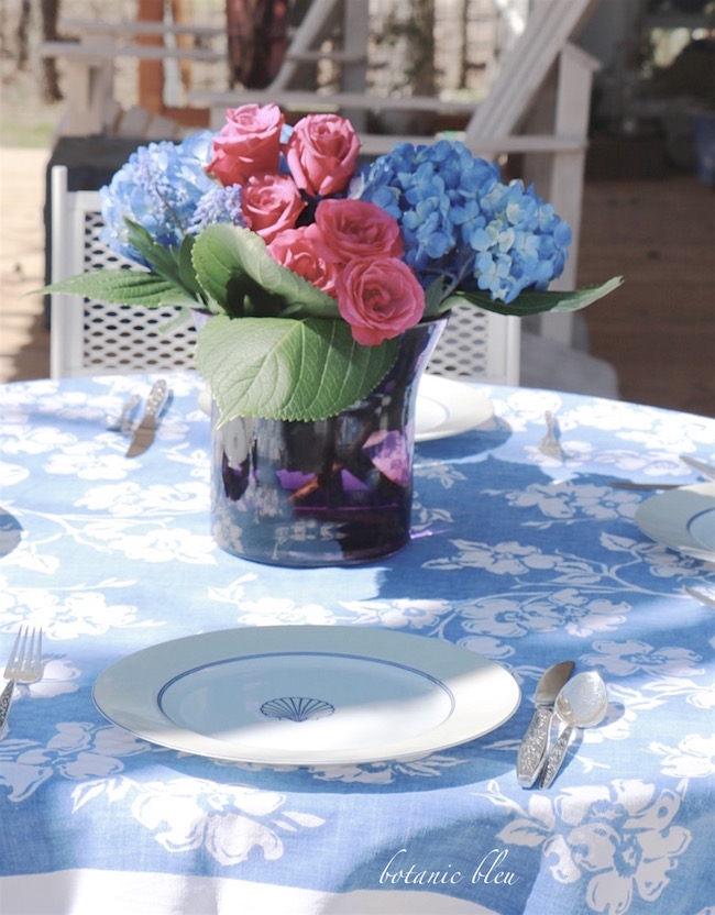 vintage-blue-white-dogwood-tablecloth-hydryangea-roses-centerpiece