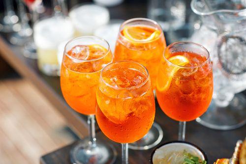 O Aperol spritz é uma bebida leve e refrescante, perfeita para o verão. Venha aprender como fazer é incrível!