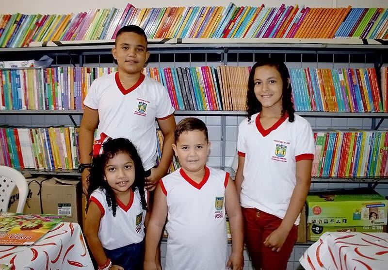 """e595a7a11b Gustavo Soares: Prefeito entrega fardamento e reafirma compromisso com a  Educação. """""""