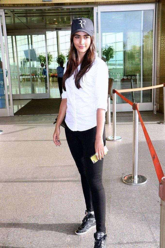 Pooja Hegde Spotted at Mumbai Airport