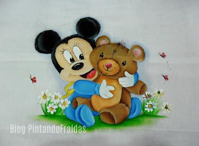 fralda com pintura do mickey bebe com ursinho de pelucia