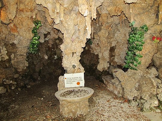 Wnętrze sztucznej groty, w której dawniej funkcjonowała pijalnia wód.
