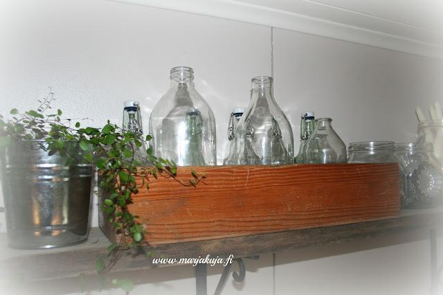 vanha puulaatikko lasipulloille
